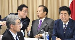 言葉を交わす岸田文雄政調会長(左)と二階俊博幹事長。右は安倍晋三首相(東京都千代田区で2月9日)