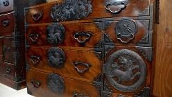 仙台藩の武士が刀や袴を収める生活財として使っていた仙台箪笥=仙台箪笥協同組合提供