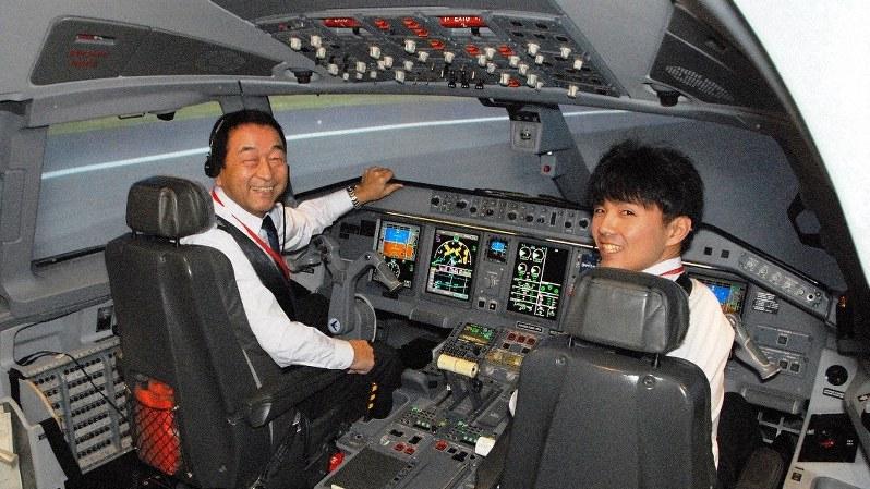 「これからも優秀なパイロットを育てたい」と語る秋田芳男さん。右は副操縦士の竹田翔さん