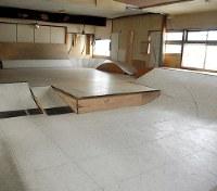 内木晴樹さんが造った浴場2階のスケートボード場=栃木市の「玉川の湯」で2019年2月15日、川畑さおり撮影