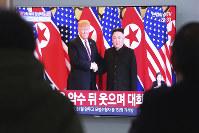 韓国・ソウルの街頭テレビでも米朝首脳再会談の様子が大々的に映し出された=2019年2月27日、AP