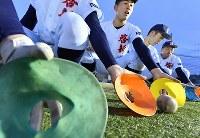 マーカーコーンを使って守備練習をする啓新の選手たち=福井市で2019年2月27日、山田尚弘撮影