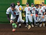 グラブの代わりにマーカーコーンでノックを受ける啓新の選手たち=福井市で2019年1月27日、山田尚弘撮影