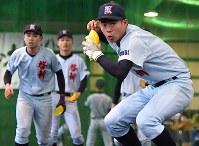 グラブの代わりにマーカーコーンを使ってノックを受ける啓新の選手たち=福井市で2019年1月27日、山田尚弘撮影