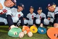 マーカーコーンを使って守備練習に取り組む啓新の選手たち=福井市で2019年2月27日、山田尚弘撮影