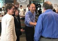 合同インタビューに出席した記者一人一人と笑顔で握手する韓氏(右から2人目)=高雄市の高雄市立図書館で2019年2月22日午後0時6分、福岡静哉撮影