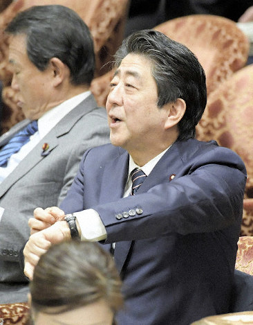 Prime Minister Shinzo Abe points to his watch, saying that Akira Nagatsuma, acting leader of the CDP, has surpassed the allotted time for questioning, during a House of Representatives Budget Committee session on Feb. 18, 2019. (Mainichi/Masahiro Kawata)