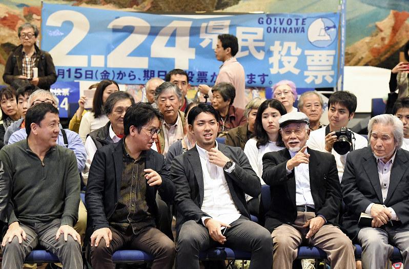 県民投票当日の「辺野古」の県民投票の会の人たち。前列中央は元山仁士郎代表(那覇市で2019年2月24日)