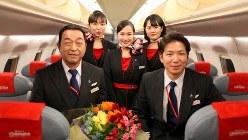 最終フライトを終えてスタッフとともに。前列左が秋田芳男さん(フジドリームエアラインズ提供)
