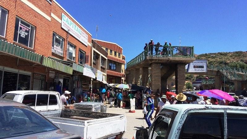 マセル都心のショッピングセンターの前で歌う白帽の男(左手)。南部アフリカでストリートミュージシャンを見たのは最初で最後(写真は筆者撮影)