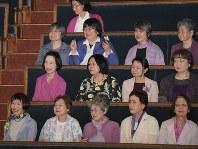 推進法が参院本会議で可決・成立し、傍聴席で喜ぶQの会のメンバーたち=国会内で2018年5月16日、川田雅浩撮影