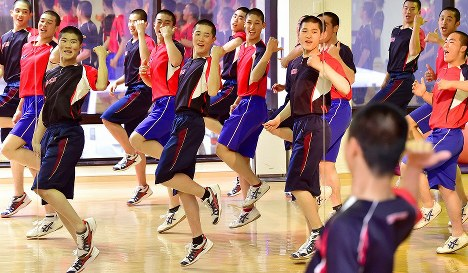 DA PUNPの「U.S.A.」に合わせ、ダンスを踊る龍谷大平安の選手たち=京都市南区で2019年2月19日、川平愛撮影