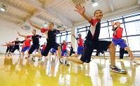 曲に合わせて「ソーラン節」を踊る龍谷大平安の選手たち=京都市南区で2019年2月5日、川平愛撮影