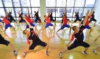 スポーツクラブでエアロビに取り組む龍谷大平安の選手たち=京都市南区で2019年2月5日、川平愛撮影