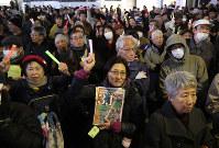 3・1独立運動から100年に合わせて開かれた集会で、リレートークに耳を傾ける参加者ら=東京都新宿区で2019年3月1日午後7時12分、後藤由耶撮影