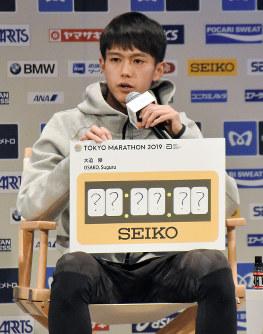 目標記録を明記せず、「?」とした理由を説明する大迫傑=東京都内で2019年3月1日、小林悠太撮影