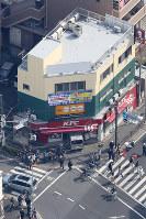 車が突っ込んだケンタッキーフライドチキンの店舗=川崎市幸区で2019年3月2日午後0時26分、本社ヘリから尾籠章裕撮影(画像の一部を加工しています)