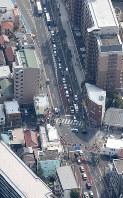 車が突っ込んだケンタッキーフライドチキンの店舗(中央左)=川崎市幸区で2019年3月2日午後0時25分、本社ヘリから尾籠章裕撮影