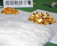 密輸事案で押収されたコカイン(手前)と金=千葉県の成田空港で、中村宰和撮影
