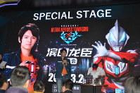 ウルトラマン特別展の開幕式に出席した俳優の浜田龍臣さん(中央)=上海市内で2019年3月1日、工藤哲撮影