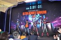 ウルトラマンフィギュアの特別展の開幕式に登場したウルトラマン=上海市内で2019年3月1日、工藤哲撮影