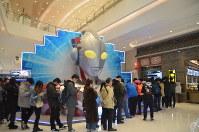 ウルトラマンの特別展会場の近くで列に並ぶ人たち=上海市内で2019年3月1日、工藤哲撮影