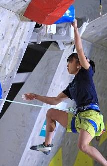 リード女子決勝、壁に挑む平野夏海=千葉県印西市で2019年3月3日、梅村直承撮影