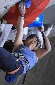 リード女子決勝、壁に挑む野中生萌=千葉県印西市で2019年3月3日、梅村直承撮影