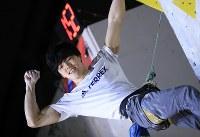 リード男子決勝、完登し拳を握る藤井快=千葉県印西市で2019年3月3日、梅村直承撮影