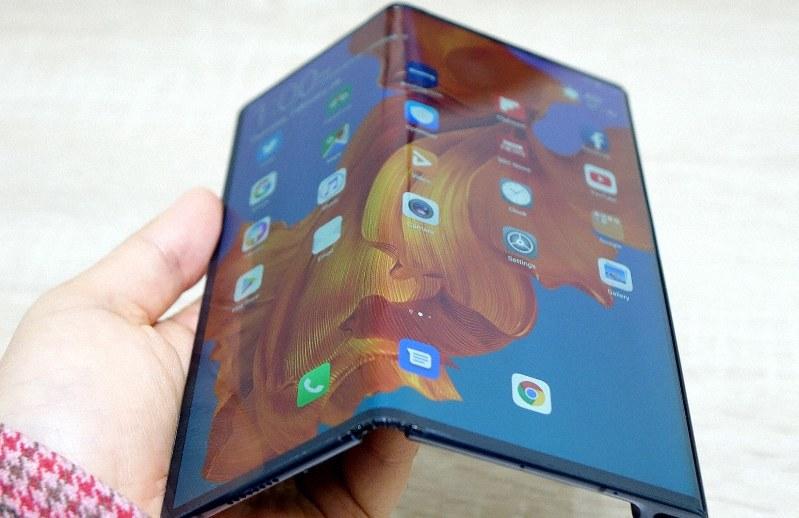 ファーウェイの「メイトX」。画面そのものがグニャッと曲がり大画面と携帯の使い勝手を両立
