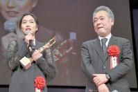 毎日映画コンクールの表彰式であいさつする瀬々監督(右)と主演の木竜麻生=玉城達郎撮影