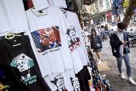 ハノイ市内で売られている米朝首脳会談のイラストがプリントされたTシャツ=ベトナム・ハノイで2019年2月26日、AP