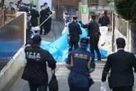 捜査員らで騒然とする児童養護施設「若草寮」の周辺=東京都渋谷区で2019年2月25日午後3時25分、玉城達郎撮影
