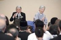 即位30年の宮中茶会で乾杯される天皇、皇后両陛下=皇居・宮殿「豊明殿」で2019年2月26日午後3時36分(代表撮影)