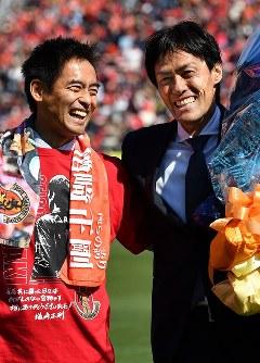 引退セレモニーで元日本代表の川口能活さん(左)から花束を贈られる楢崎正剛さん=パロマ瑞穂スタジアムで2019年3月2日、大西岳彦撮影