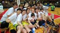 【JX-ENEOS―三菱電機】表彰式を終え、記念撮影する11連覇を達成したJX-ENEOSの選手たち=東京・大田区総合体育館で2019年3月3日、長谷川直亮撮影