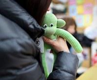 「これでいつもいっしょにいられる」。宮城県東松島市で小学3年だった次男樹さん(当時9歳)を亡くした作田美和さん(50)は靴下で作る人形「おのくん」を見つめ、両手で包み、ほほを寄せた。涙が溢れた。樹さんの当時の靴下2足で、震災後に有名になった同市の人形を制作。「やんちゃで、すぐにボロボロになってた」という使い込まれた靴下に、綿がつめられ、目が付けられ、あどけない表情が浮かんだ。「ちょっとおバカっぽいところとか、似ている」。作田さんは完成した「おのくん」をいつも使うかばんにそっと入れた=2019年1月、小川昌宏撮影
