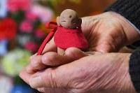 津波で妻を亡くした男性(84)がつくった小さな地蔵。震災から半年ほどたった頃、知人に誘われて行った陶芸教室で作った。作る内に「気づいたら妻の顔をイメージしていた」と話す。焼き上がった地蔵は仏壇に供え、毎日手を合わせている=岩手県山田町で2018年12月、渡部直樹撮影