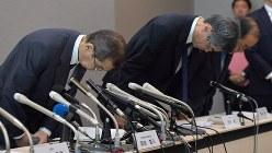 民事再生法の適用を申請し、記者会見で頭を下げるタカタの高田重久会長兼社長(左、当時)=2017年6月26日、西本勝撮影