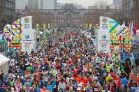 Runners in the Tokyo Marathon cross the finish line in front of JR Tokyo Station in Tokyo's Chiyoda Ward on March 3, 2019. (Mainichi/Yuki Miyatake)