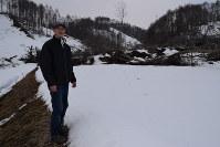 土砂や倒木が手つかずで残る田んぼで「少しでも多くの米を作る」と前を向く荒谷志津夫さん=北海道厚真町高丘で2019年3月2日午前11時46分、福島英博撮影