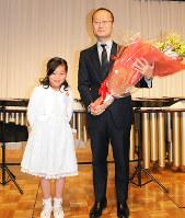 花束を贈られ笑顔を見せる渡辺明新王将=兵庫県尼崎市の都ホテルニューアルカイックで、山田泰正撮影