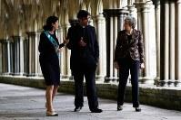 3月4日、英ソールズベリーで発生したロシアの元情報機関員らの毒殺未遂事件から1年が経つのに合わせ、英首相府がツイッターに都市の写真を投稿したが、使用された写真はソールズベリーとは異なる都市のものだったことが明らかに。写真右はソールズベリーを訪問するメイ首相。代表撮影(2019年 ロイター)