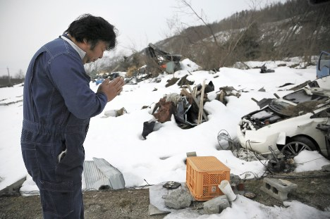 地震から半年。雪に覆われた被災地で、亡くなった知人宅の前で手を合わせる男性=北海道厚真町で2019年3月6日午前6時55分、貝塚太一撮影