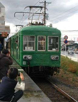 【2011年11月】十和田観光電鉄が開いた「ふれあい感謝フェア」で運行された、珍しい編成の列車を撮影する鉄道ファン=十和田市の十和田市駅で2011年11月13日、神崎修一撮影