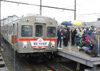 【2012年3月】運行終了セレモニー後、走り出す十和田観光電鉄線の列車=三沢駅で2012年3月31日、鈴木久美撮影