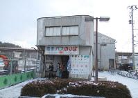 【2017年12月】十和田観光電鉄の旧三沢駅舎。現在はバスの待合室になっている。中に入ると「駅そば」がある=三沢市内で2017年12月、足立旬子撮影
