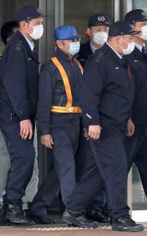 東京拘置所を出るカルロス・ゴーン被告(中央)=東京都葛飾区で2019年3月6日午後4時31分、梅村直承撮影