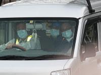 保釈され、東京拘置所を出るカルロス・ゴーン被告(中央奥)=東京都葛飾区で2019年3月6日午後4時32分、玉城達郎撮影