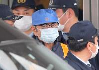 保釈され、作業員に変装して東京拘置所を出るカルロス・ゴーン被告(中央)=東京都葛飾区で2019年3月6日午後4時31分、手塚耕一郎撮影